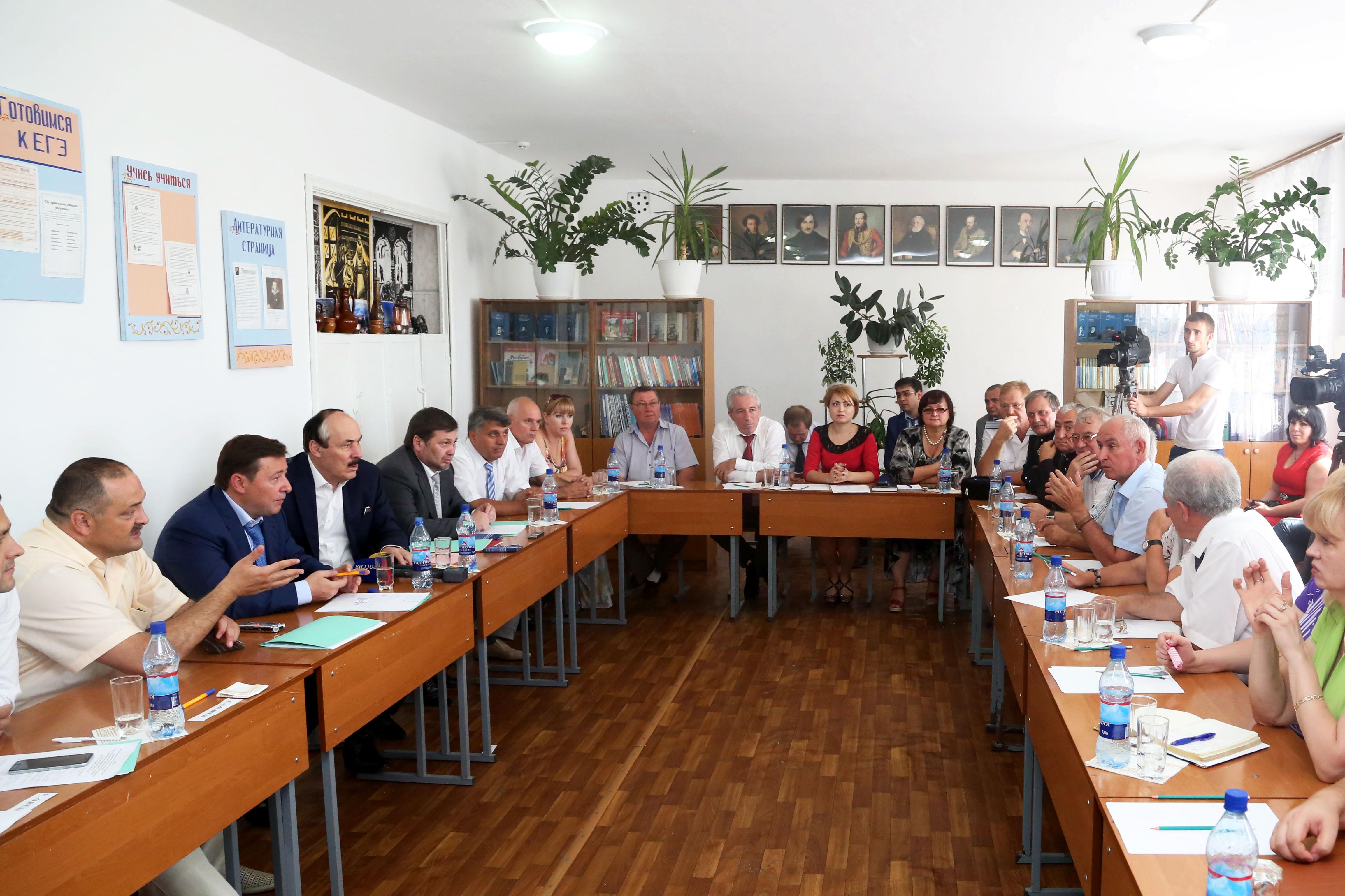Александр Хлопонин и Сергей Меликов встретились с общественностью Кизляра