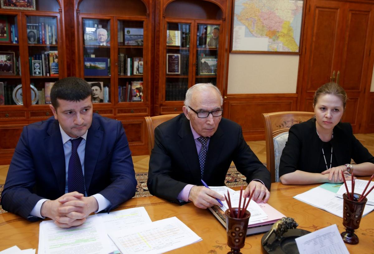 Рамазан Абдулатипов встретился с руководителями Хунзахского района и города Кизляра
