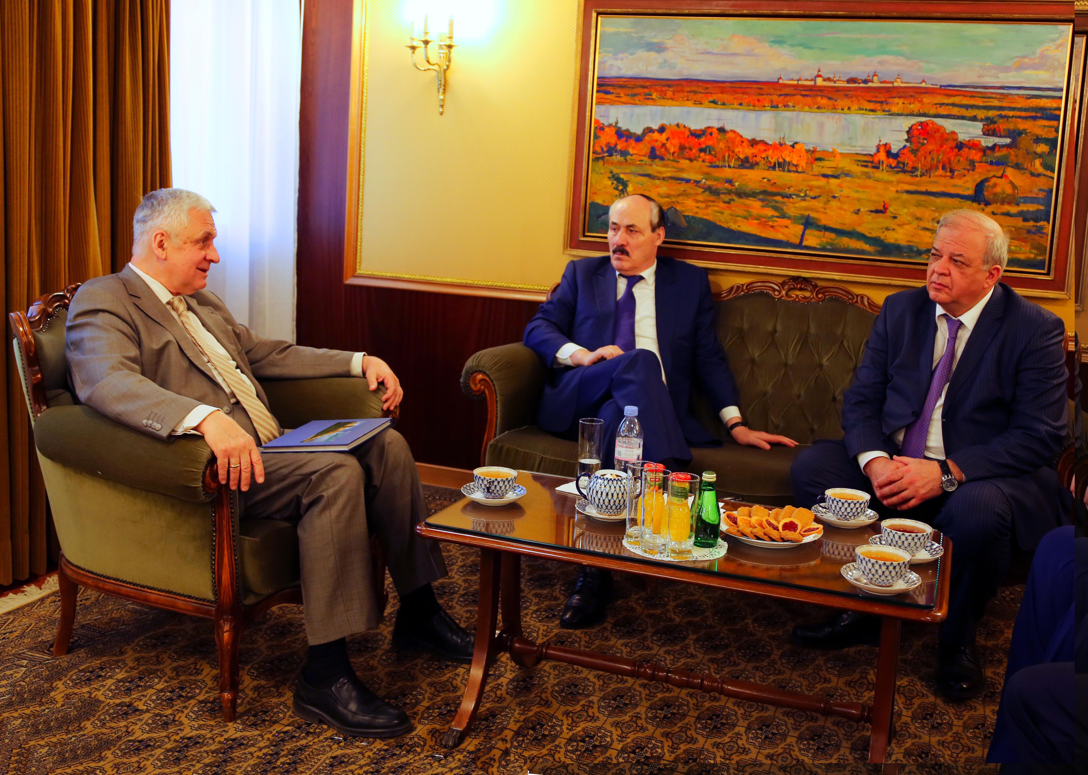 Рамазан Абдулатипов встретился  с послом России во Франции в Париже