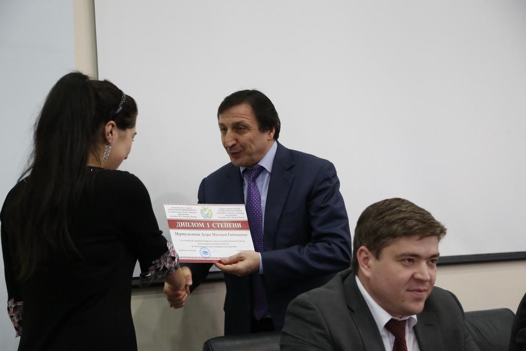Ректор ДГУ наградил  научную молодежь вуза