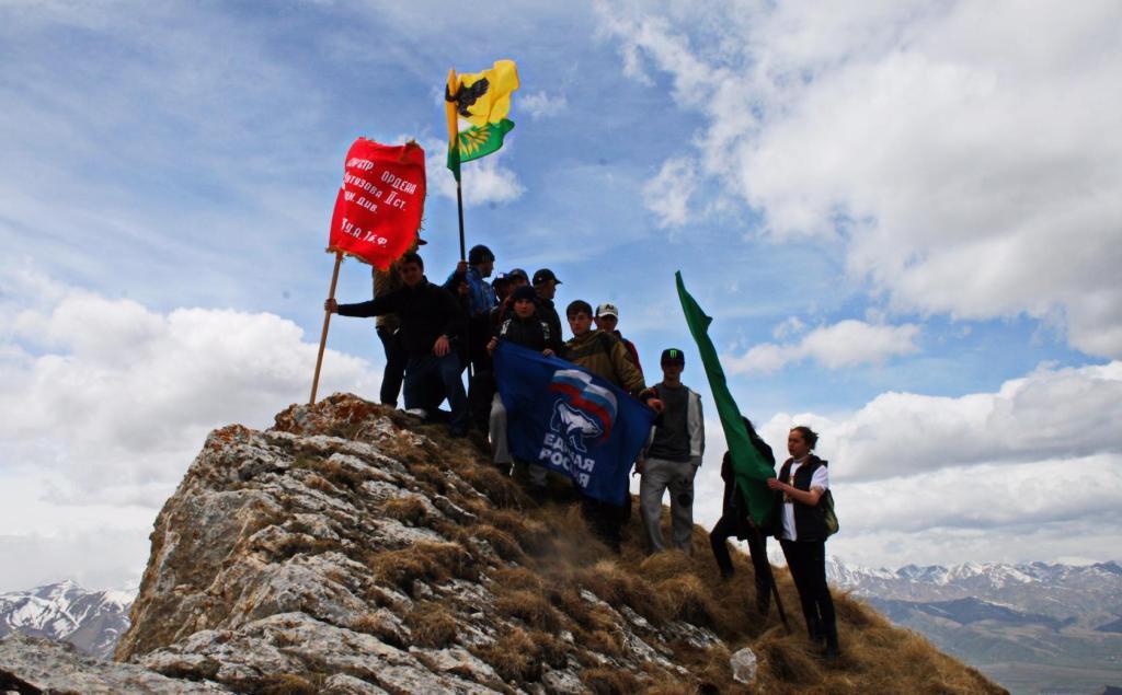 Копию Знамени Победы водрузили на вершине горы Шунудаг в Кулинском районе