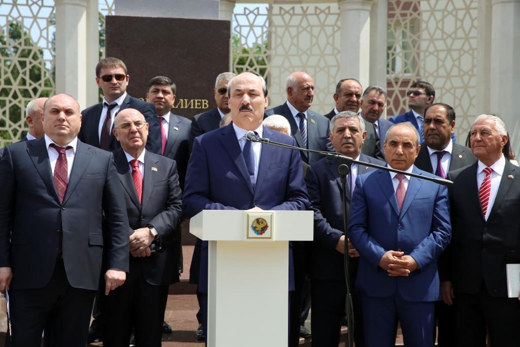 В Махачкале торжественно открыли памятник Азизу Алиеву