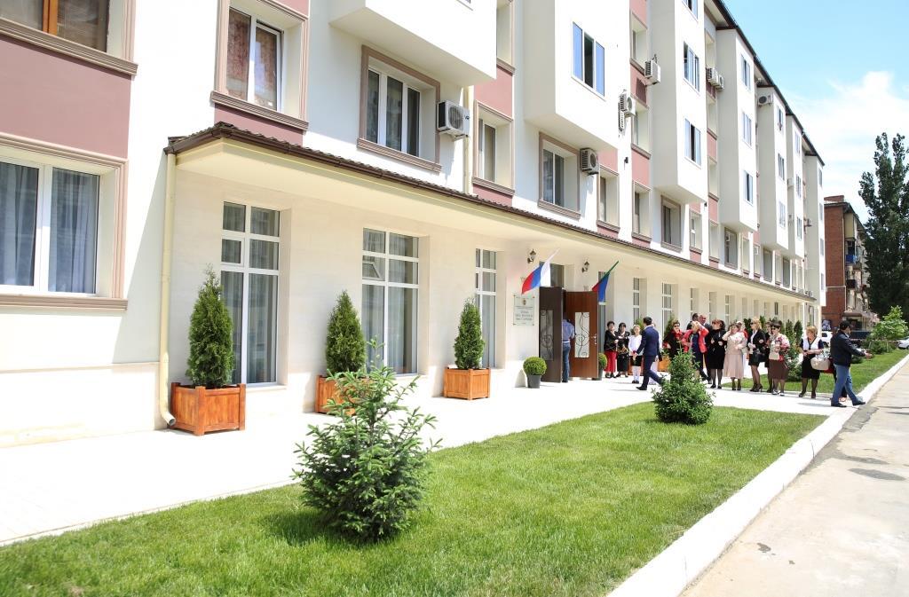 Глава Дасестана вместе с азербайджанской делегацией посетил  школу искусств им. Татама Мурадова