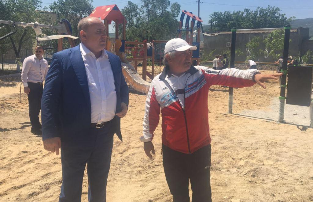 В поселке Н. Хушет близится к завершению монтаж спортивно-игровой площадки