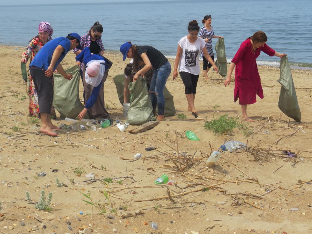 Под эгидой «Единой России» в Махачкале прошла акция по очистке береговой зоны Каспийского моря
