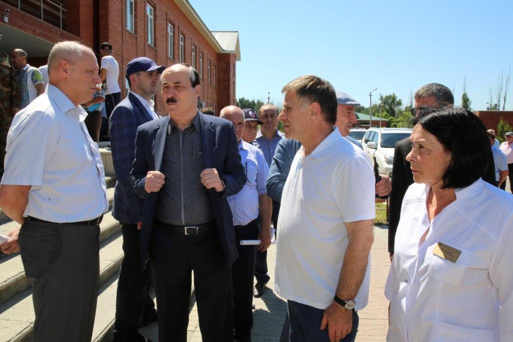 Глава Дагестана посетил пострадавших в аварии в Тарумовском районе