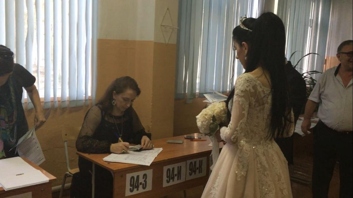 В Махачкале молодожены пришли на выборы в день свадьбы