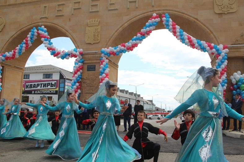 На въезде в Дербент открыли семиметровую арку