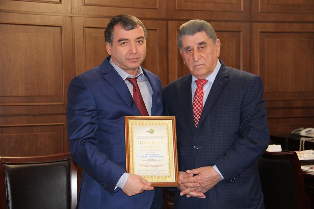 Глава Минтруда РД Хасбулла Гаджигишиев награжден почетной грамотой ЦК Профсоюза РФ
