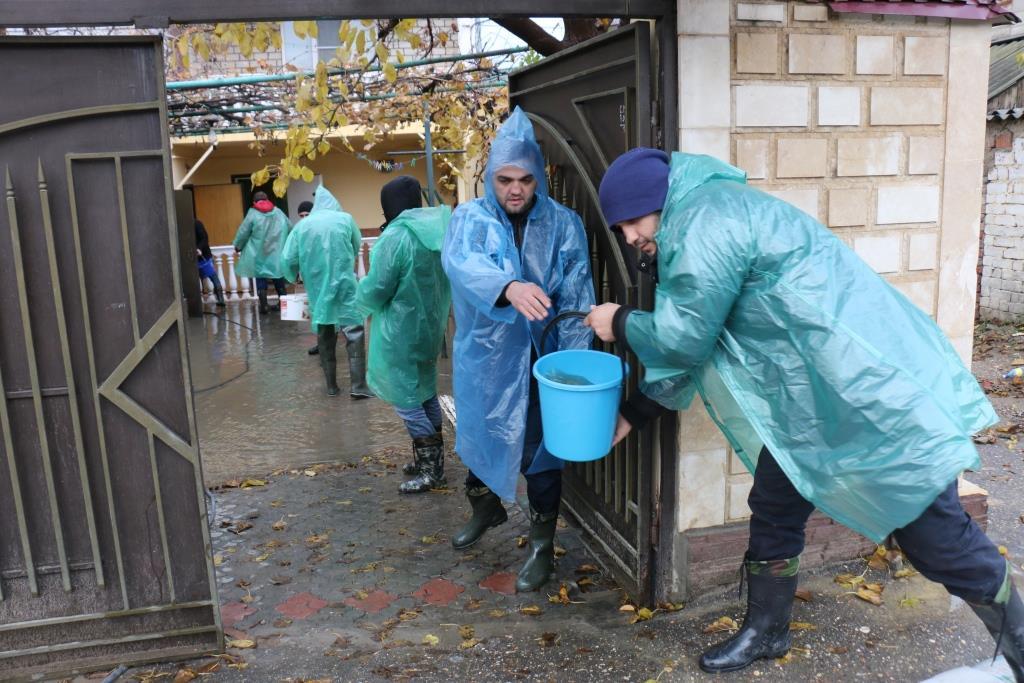 Сотрудники администрации Кировского района вышли ликвидировать последствия ливня