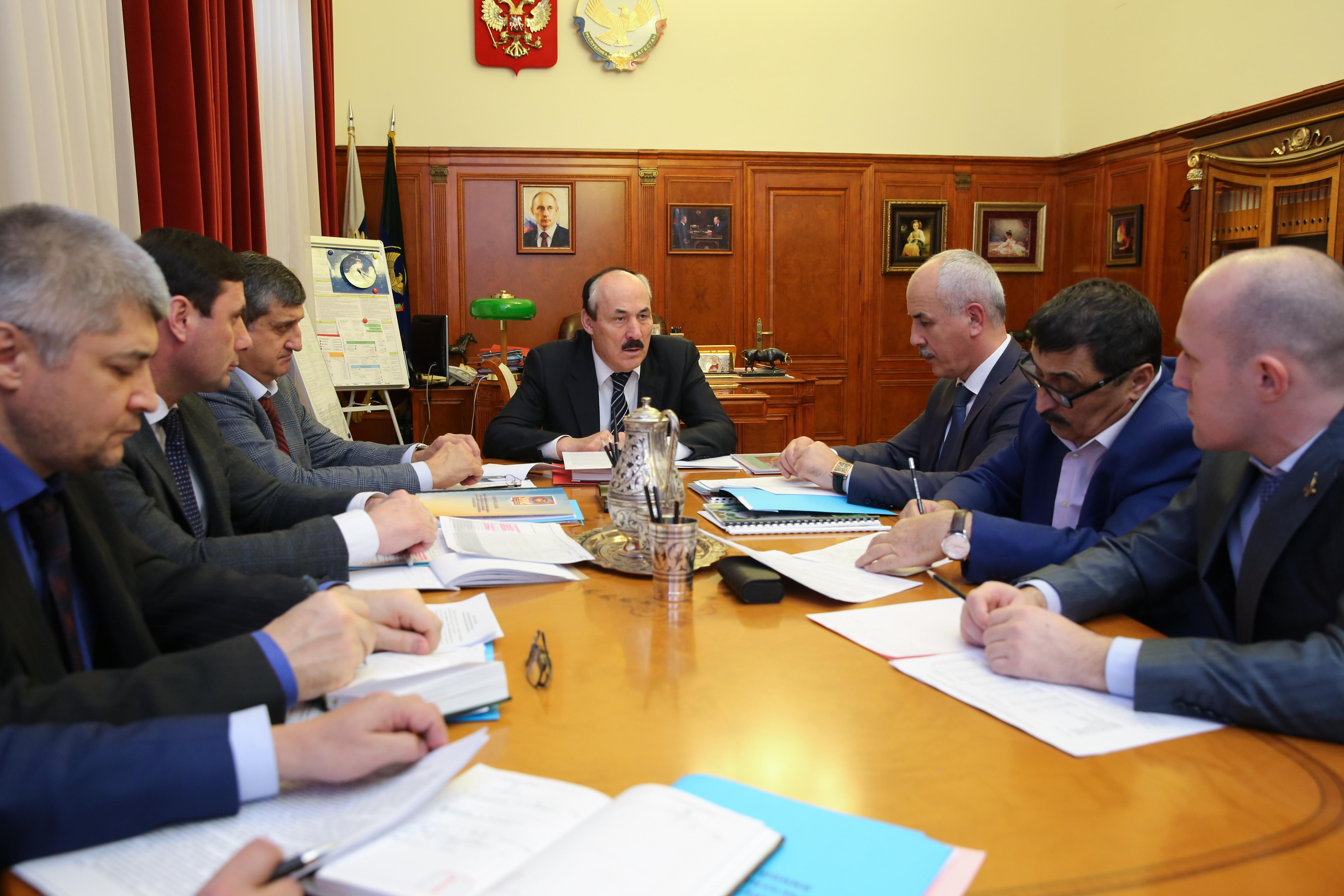 Рамазан Абдулатипов провел встречу с главой Каякентского района Дагестана