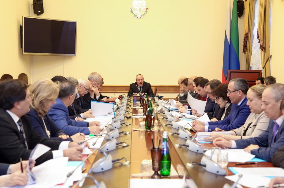 Под руководством Рамазана Абдулатипова обсужден ход реализации «майских» указов Президента РФ в Республике Дагестан