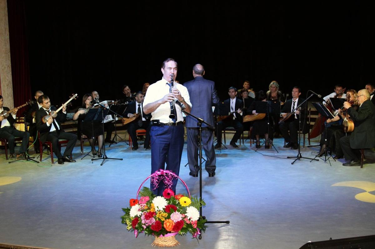 Зарема Бутаева вручила звание «Народный артист Республики Дагестан» музыканту Ширбету Рзакулиеву