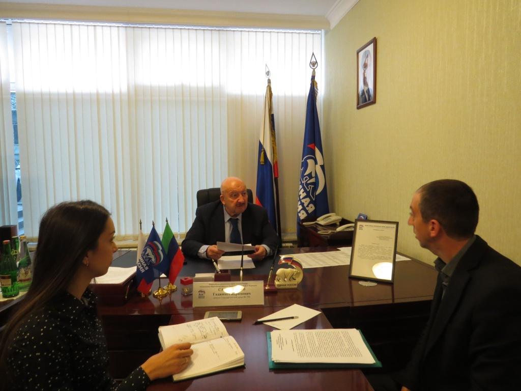 Депутат Госдумы Гаджимет Сафаралиев выслушал обращения граждан в приемной «Единой России» в Махачкале