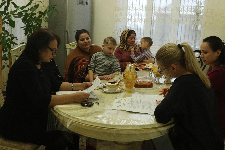 Жительница Кировского района Махачкалы усыновила троих детей инвалидов из Астрахани