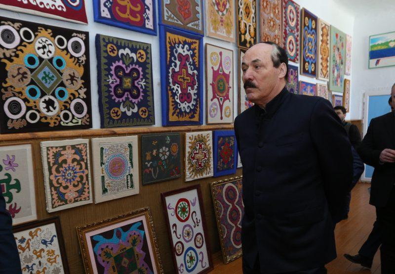 Глава Дагестана посетил выставку кайтагской вышивки в селе Маджалис