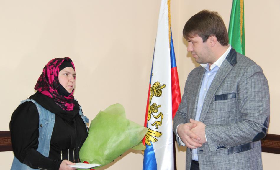 300 тысяч рублей в подарок за 10-го ребенка вручили семье в Дагестане