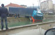 Большегрузная фура упала в КОР в Махачкале