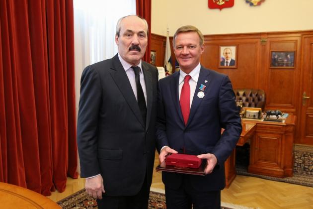 Рамазан Абдулатипов наградил главу Росавтодора орденом за заслуги перед Дагестаном