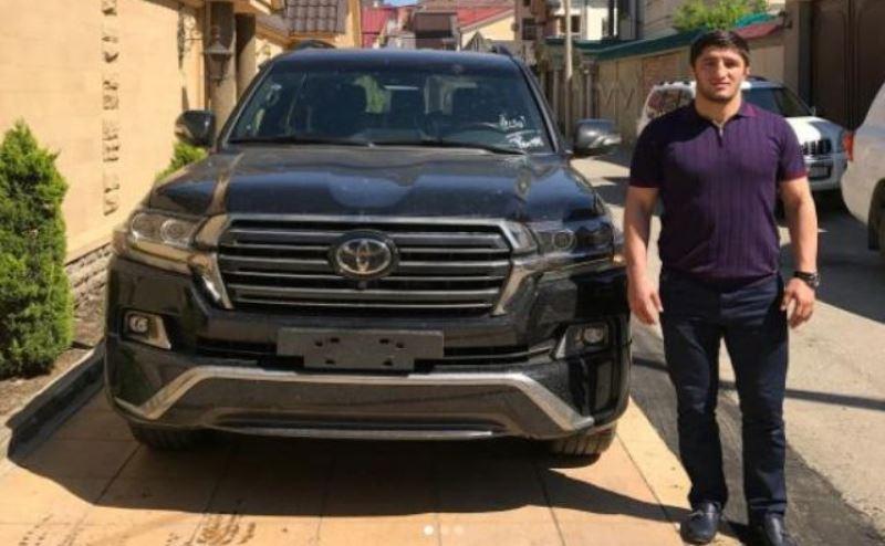 Абдурашиду Садулаеву подарили Toyota Land Cruiser 200