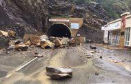 В Шамильском районе камнепад перекрыл автодорогу (видео)