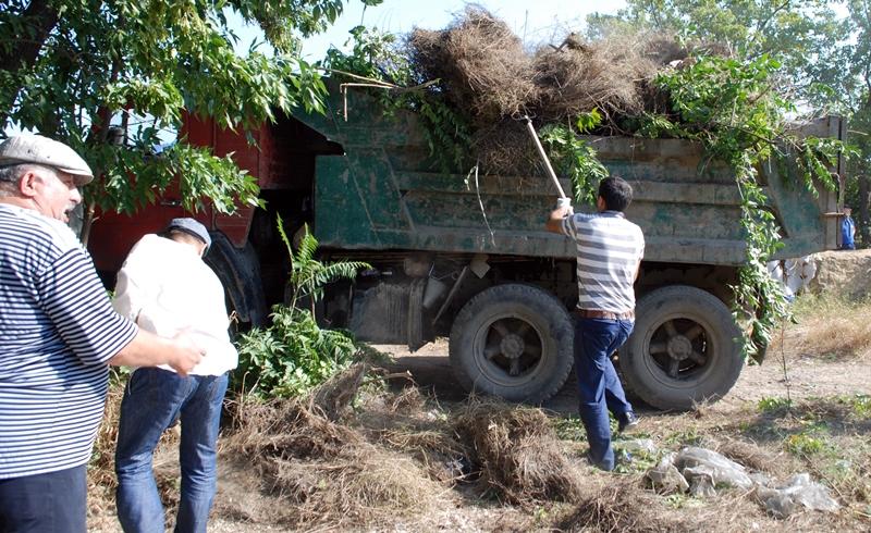 В Хасавюрте очистили территорию кладбища