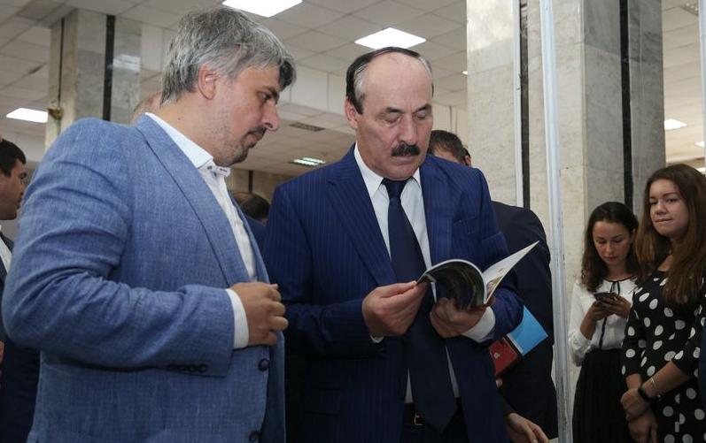 Рамазан Абдулатипов посетил книжную выставку «Тарки-Тау»