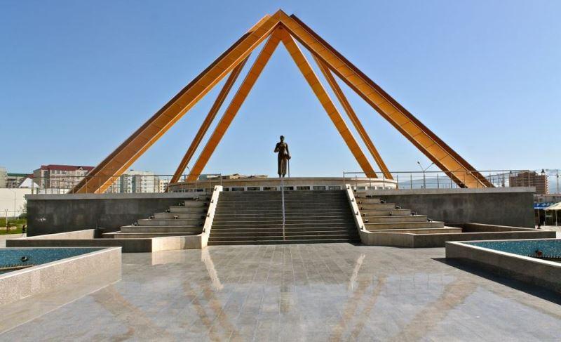 В Махачкале идет реконструкция памятника «Русской учительнице»