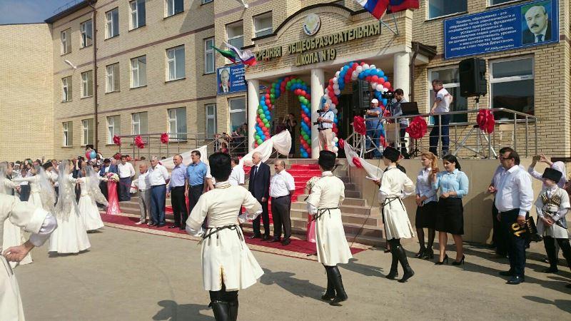 Тысячи хасавюртовских школьников пошли в новую школу