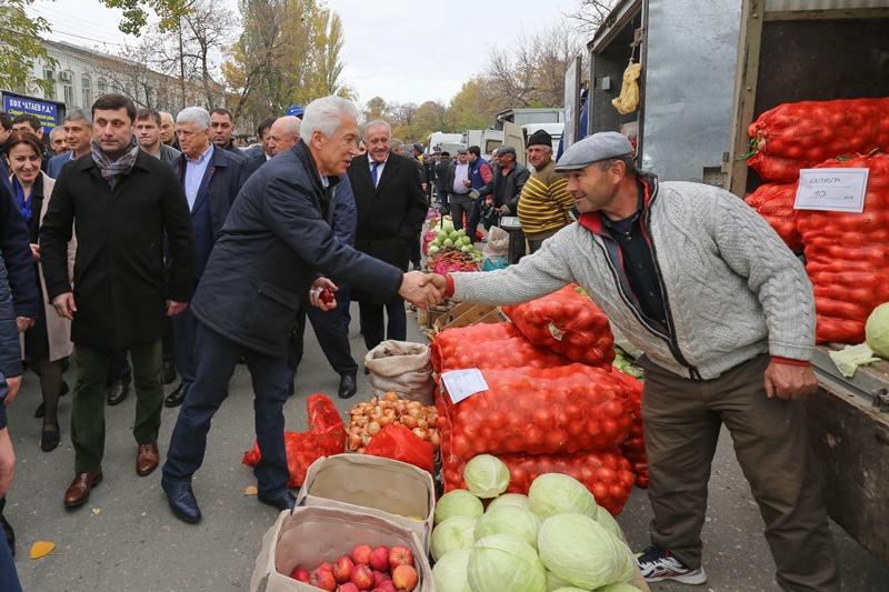 Владимир Васильев пообщался с фермерами на ярмарке в Махачкале