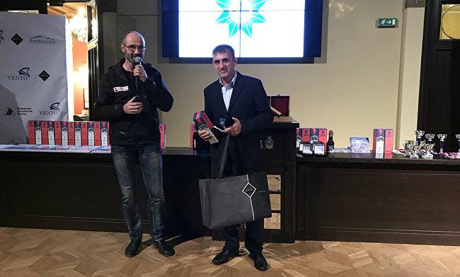 Покоритель Эвереста из Дагестана награжден орденом Федерации альпинизма России