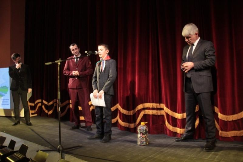 Школьники подарили устаревшие батарейки руководству минприроды Дагестана