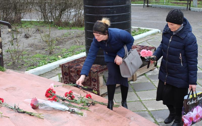 Кизлярцы несут цветы к месту убийства прихожан церкви
