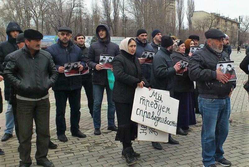 Родители убитых братьев Гасангусеновых вновь вышли на пикет