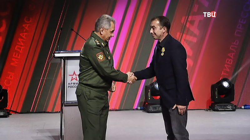 Сергей Шойгу вручил журналисту Тимуру Абдуллаеву почетную медаль Минобороны