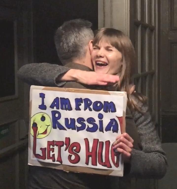 I am from Russia! Let's hug. Как относятся к россиянам в Лондоне