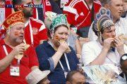 Кокошник надеваем, усы не сбриваем, хот-дог за сборную жуем!