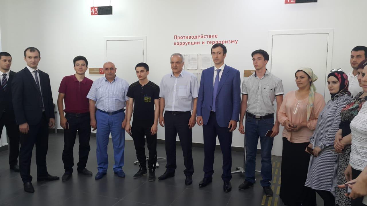 В МФЦ Махачкалы впервые прошла церемония вручения паспортов гражданина РФ