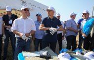 Сергей Кириенко помог убрать мусор с загородного пляжа Махачкалы