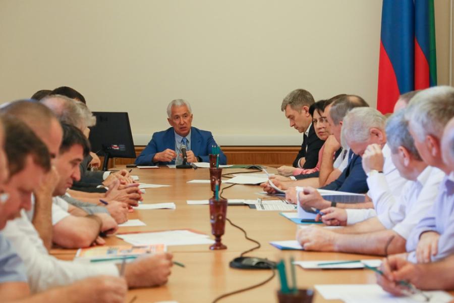 Владимир Васильев провел совещание о подготовке школ-долгостроев к учебному году