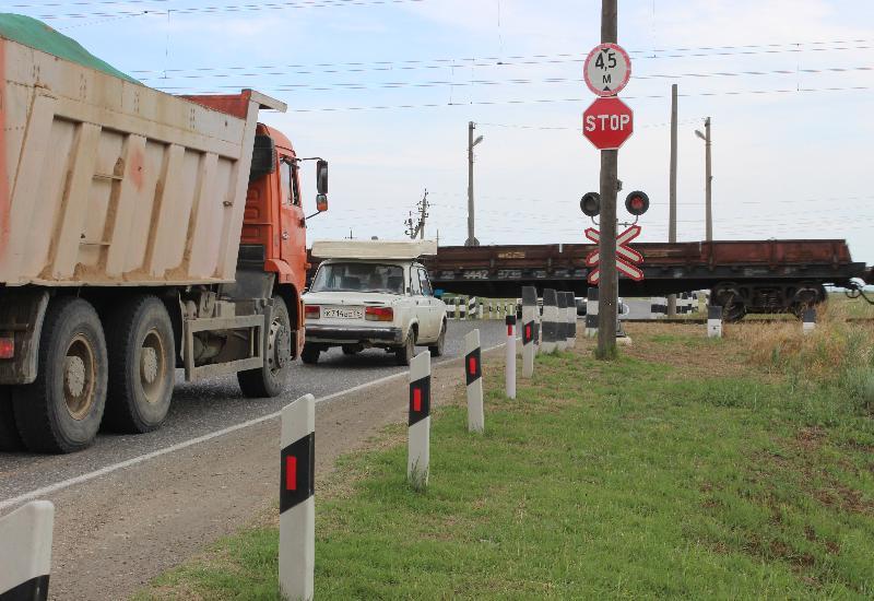 Три человека погибли при столкновении машины с грузовым поездом