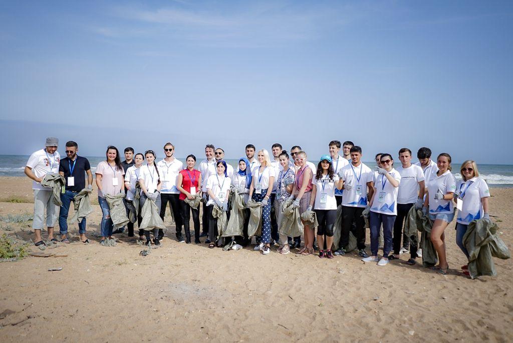 Участники форума «Каспий-2018» собрали 80 мешков мусора