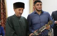 Муфтий подарил Абдулрашиду Садулаеву меч