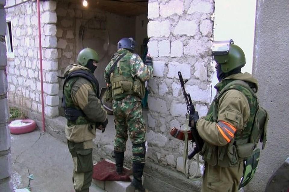 Не более трех боевиков скрываются в заблокированном доме в селе Эндирей