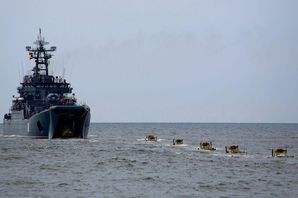 В районе Каспийска утонул БТР, экипаж погиб