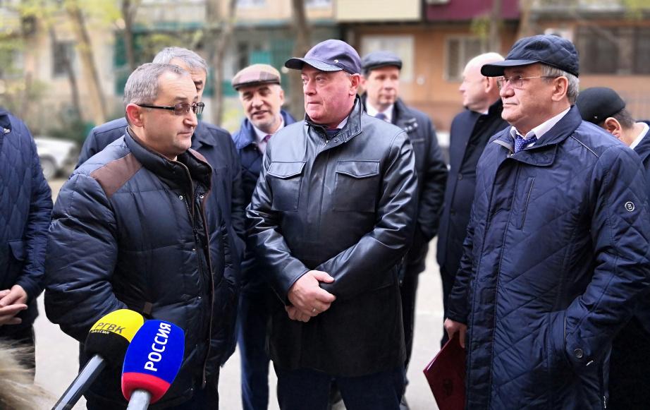Леонид Ставицкий осмотрел многоквартирные дома в Махачкале