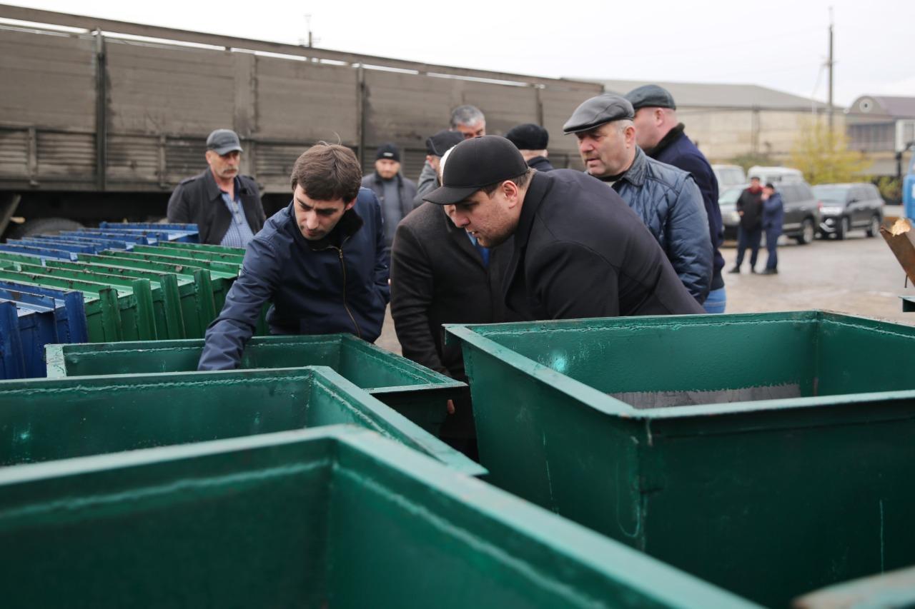 В Махачкалу доставлены 150 новых мусорных контейнеров