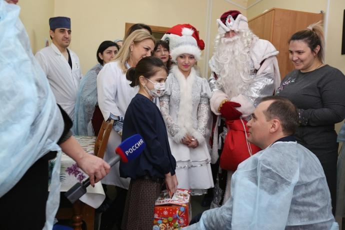 Артем Здунов поздравил маленьких пациентов ДРКБ