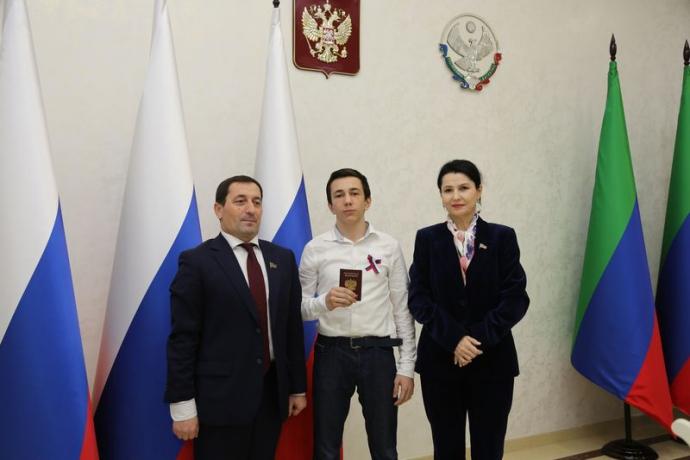 В Дагестане вручили паспорта молодым гражданам страны