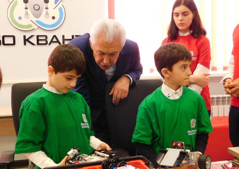 «Мы на вас очень рассчитываем». Глава Дагестана поговорил с одаренными детьми